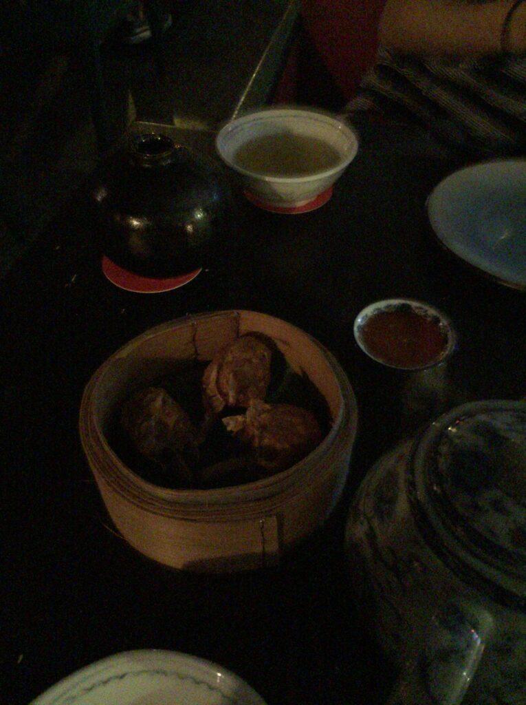 そこで食べた中華、そして意外とスコールで冷えたので温かいお茶をオーダー
