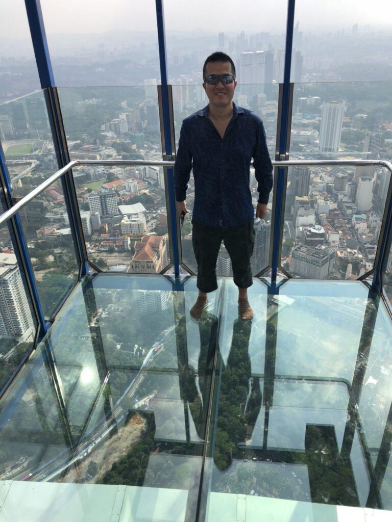 KLタワーのガラス張りの上に乗ってみます