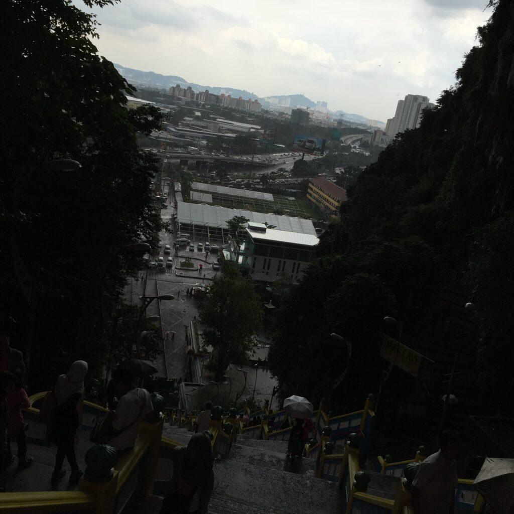 バトゥ洞窟の外で突然の雨