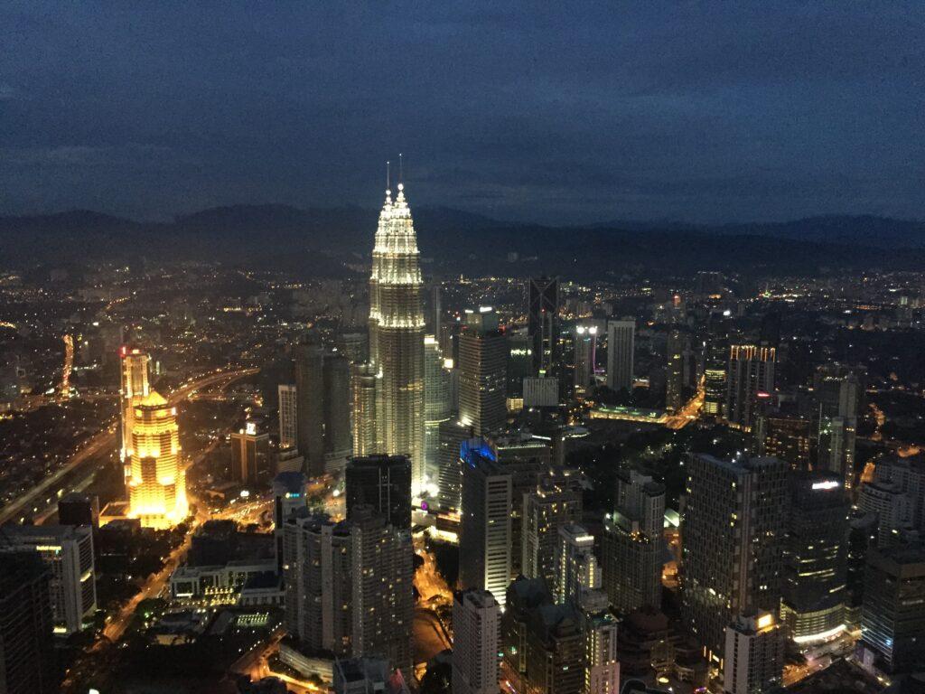 夜のKLタワーの頂上からの景色