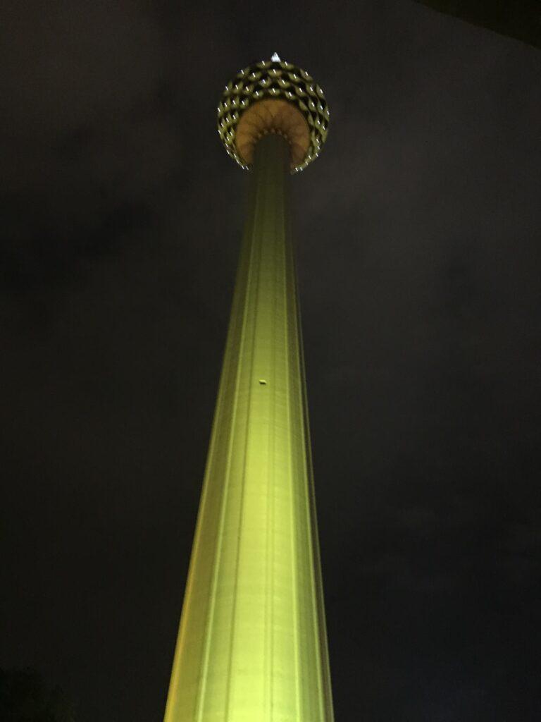 下からのKLタワーの夜