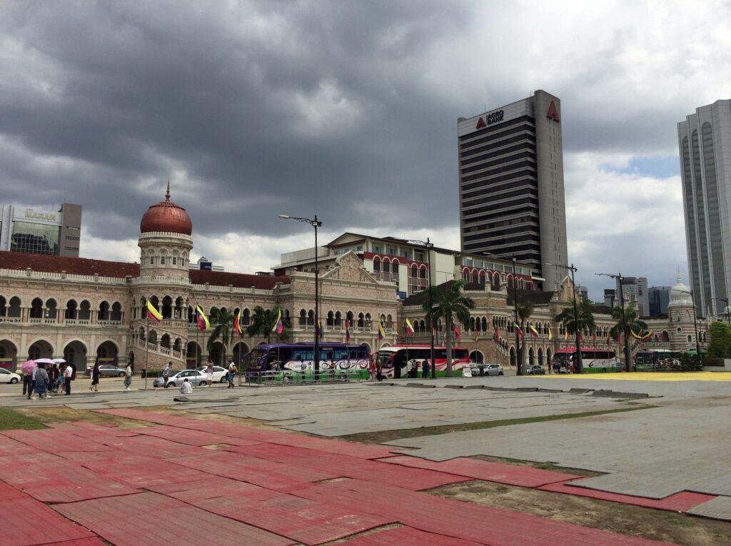 だだっ広い広場から見る建物