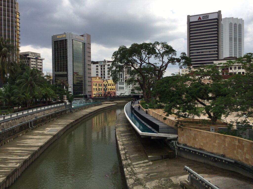 中心街は川沿いも綺麗